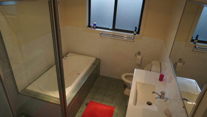 Bathroom available for students close to UNE